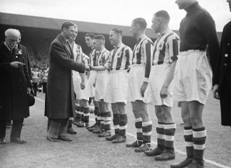 A picture of the teams before the 1938 F.A. Cup Final